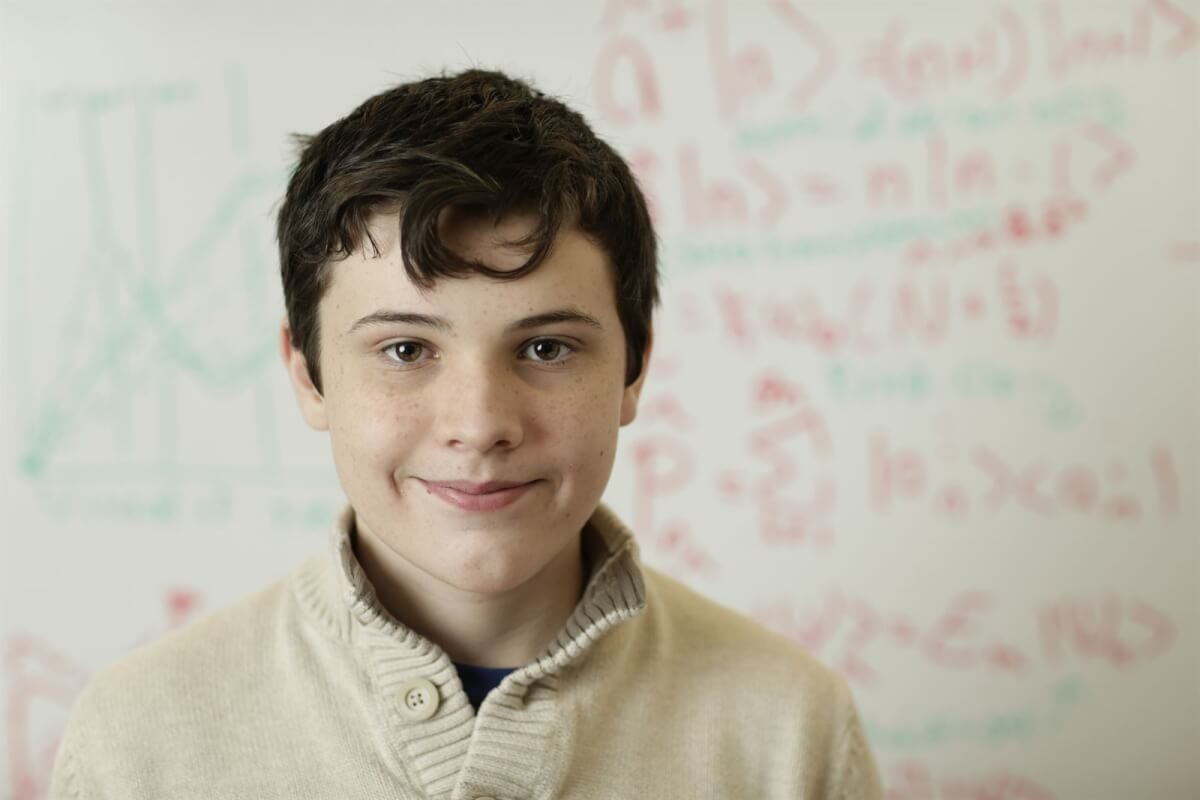 Jovem-autista-de-14-anos-surpreende-com-Q.I.-maior-que-o-de-Einstein-1200x800.jpeg