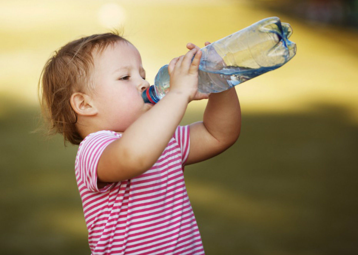 Criança-bebendo-agua-1200x858.jpg