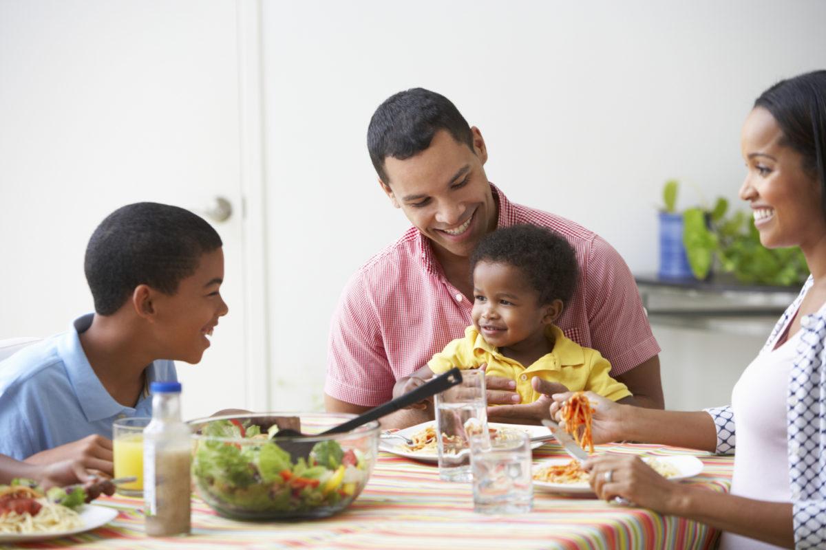 Família-à-mesa-1200x800.jpg