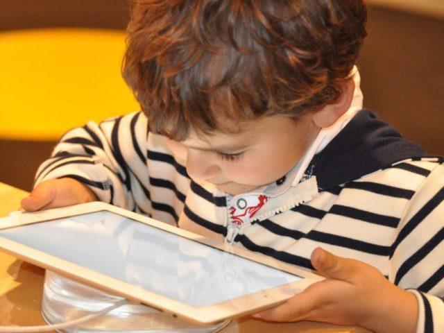 https://criogenesis.com.br/wp-content/uploads/2018/08/Criança-com-tablet-640x480.jpg