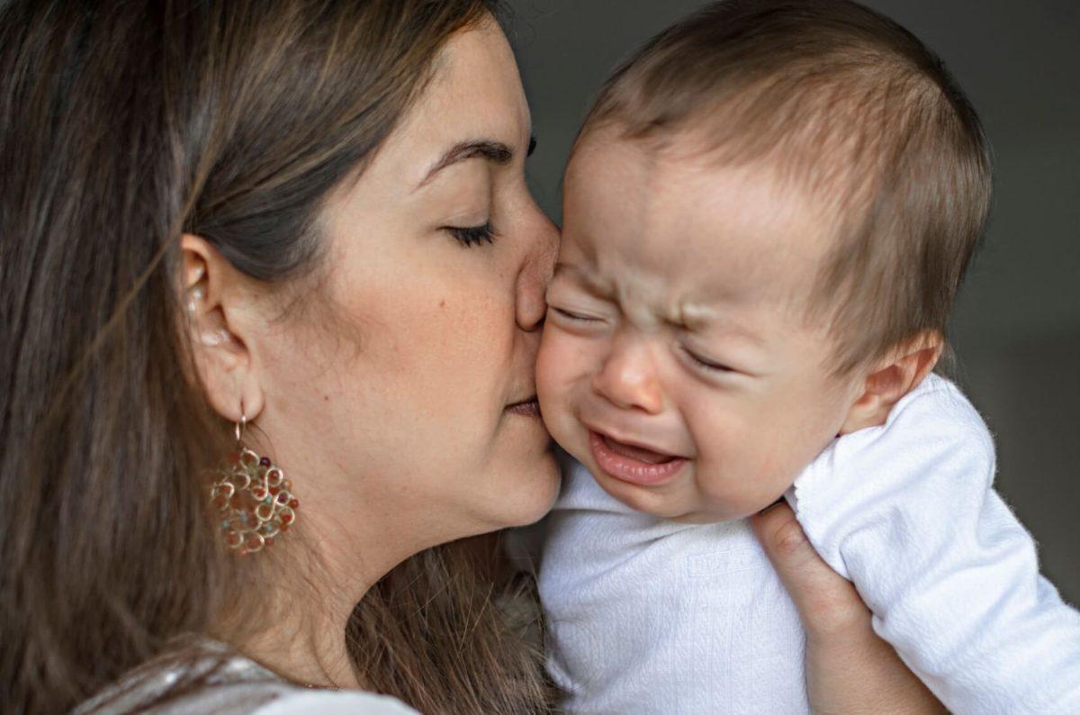 mae-beijando-bebe-1-1200x794.jpg